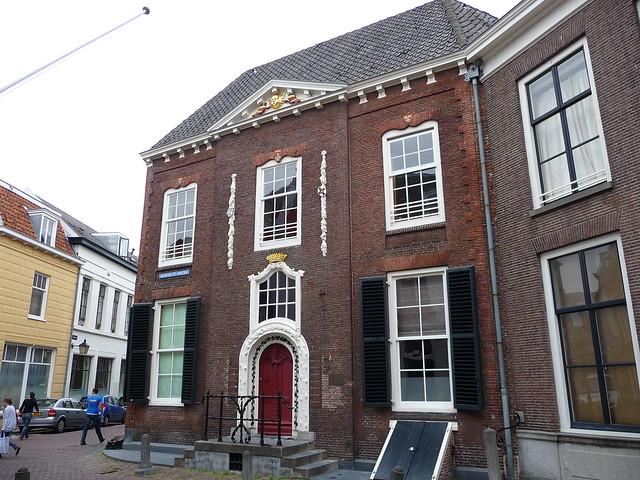 Het huis Achter Sint Pieter 50 is ook wel bekend als 'de Krakeling', waarschijnlijk naar de markante versiering rond de deur.