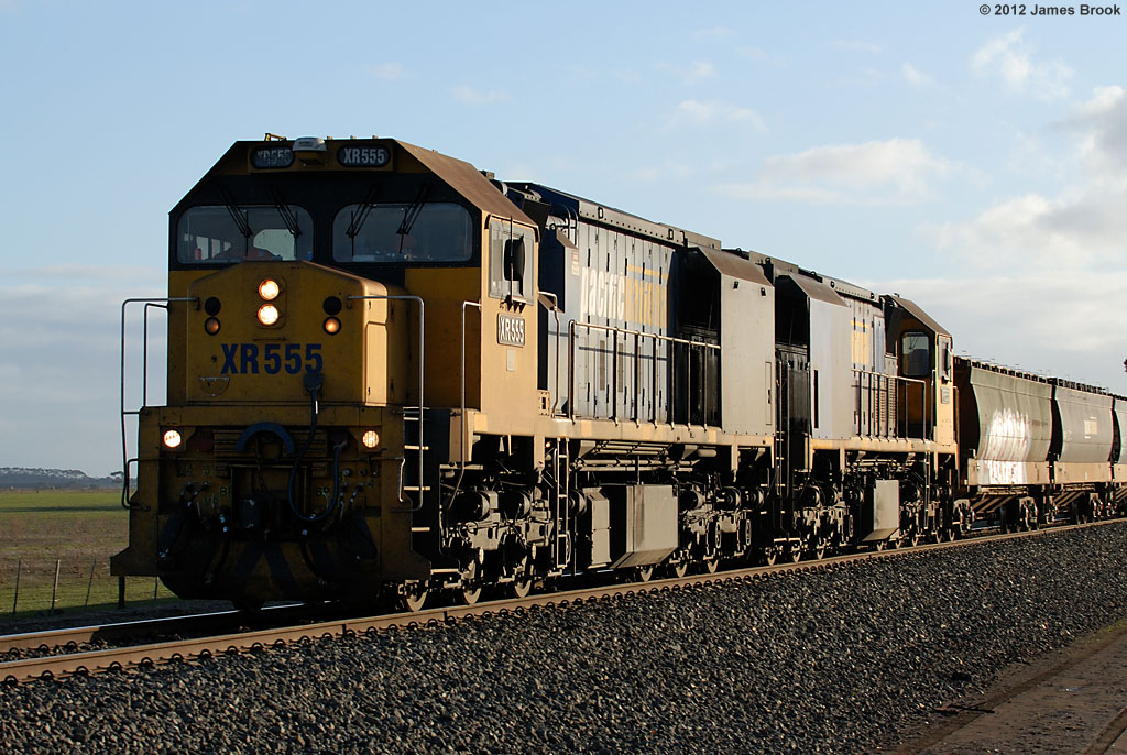 XR555 and XR558 between Lismore and Berrybank by James Brook