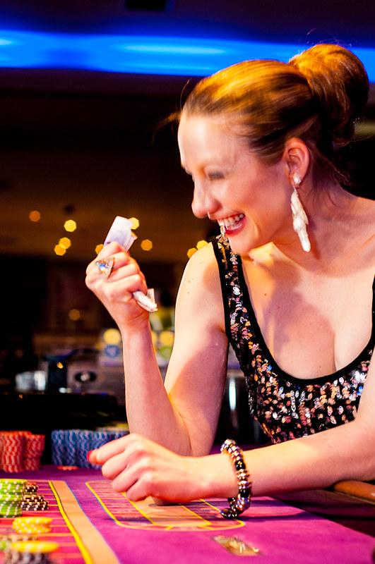 фото Дает деньги в девушка казино поиграть
