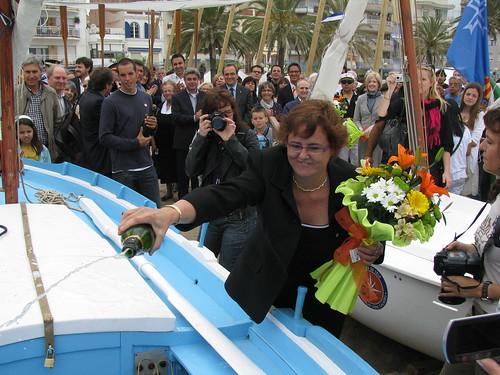 Bateig de les barques: trencant l'ampolla de cava sobre la Lola