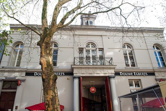 Zicht op wat oorspronkelijk het koetshuis van de Winkel van Sinkel was. Het is nu een plek waar men koffie kan drinken, maar huidige pand is door een wintertuin nog altijd verbonden met de Winkel van Sinkel aan de Oude Gracht 158. De stijl van het gebouw is eveneens neoclassicistisch.  Foto: Anna van Kooij.