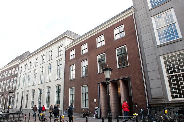 Heden ten dage de ingang van de leeszaal van Universiteitsbibliotheek. Voor 1800 stond hier echter het woonhuis van Joan Gideon Loten.