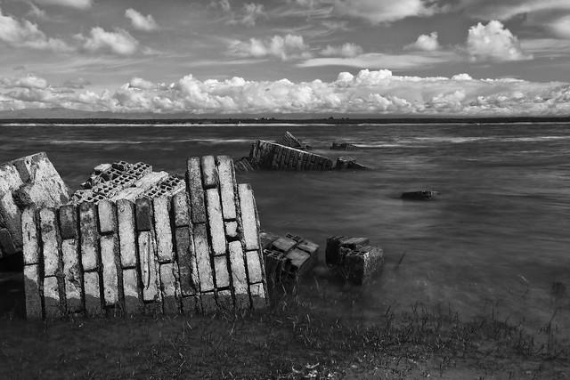 Sobre ruinas modernas. Blanco y negro.