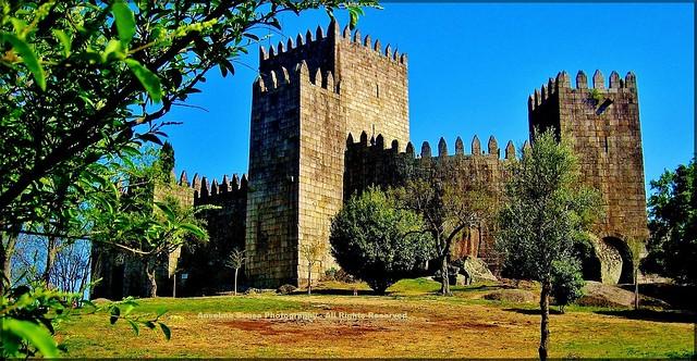 Portugal - Guimarães o Berço da Nação - O castelo de Guimarães construído com arte, sabedoria e magnificência é sem sombra de dúvida o símbolo da nacionalidade portuguesa… Guimarães a Capital Europeia da cultura 2012