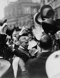 An enthusiastic reception for the Rt. Hon. Sir Robert Borden and Lady Borden, London, England, 1912 / Le très honorable sir Robert Borden et son épouse, Lady Borden, sont chaleureusement accueillis à Londres, Angleterre, 1912