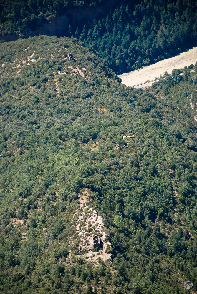 Viejas construcciones en la montaña. El río Ara más abajo teñido de ocre por las últimas tormentas