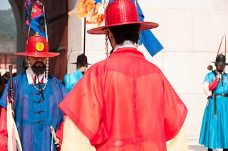 Seoul - Gyeongbokgung Palace - Changement de gardes: Sumunjang et Jongsagwan   by Samantha from Belgium