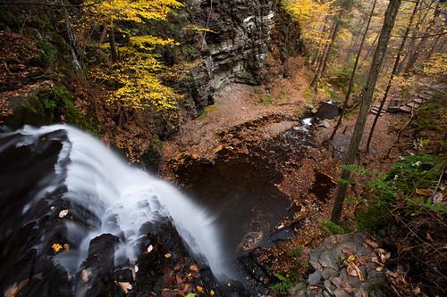 autumn fall creek waterfall fallcolor pennsylvania canyon poconos bridalveilfalls bushkillfalls