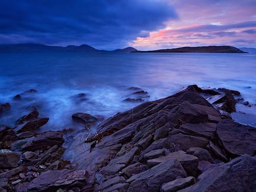 irland kerry stein sonnenaufgang irl morgensonne langzeitbelichtung ballinskelligs wolkenhimmel landschaftsfotografie felskueste