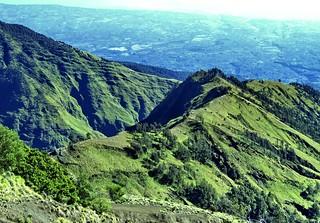 Terlihat Plawangan Sembalun 2639 meter | by Trekking Rinjani