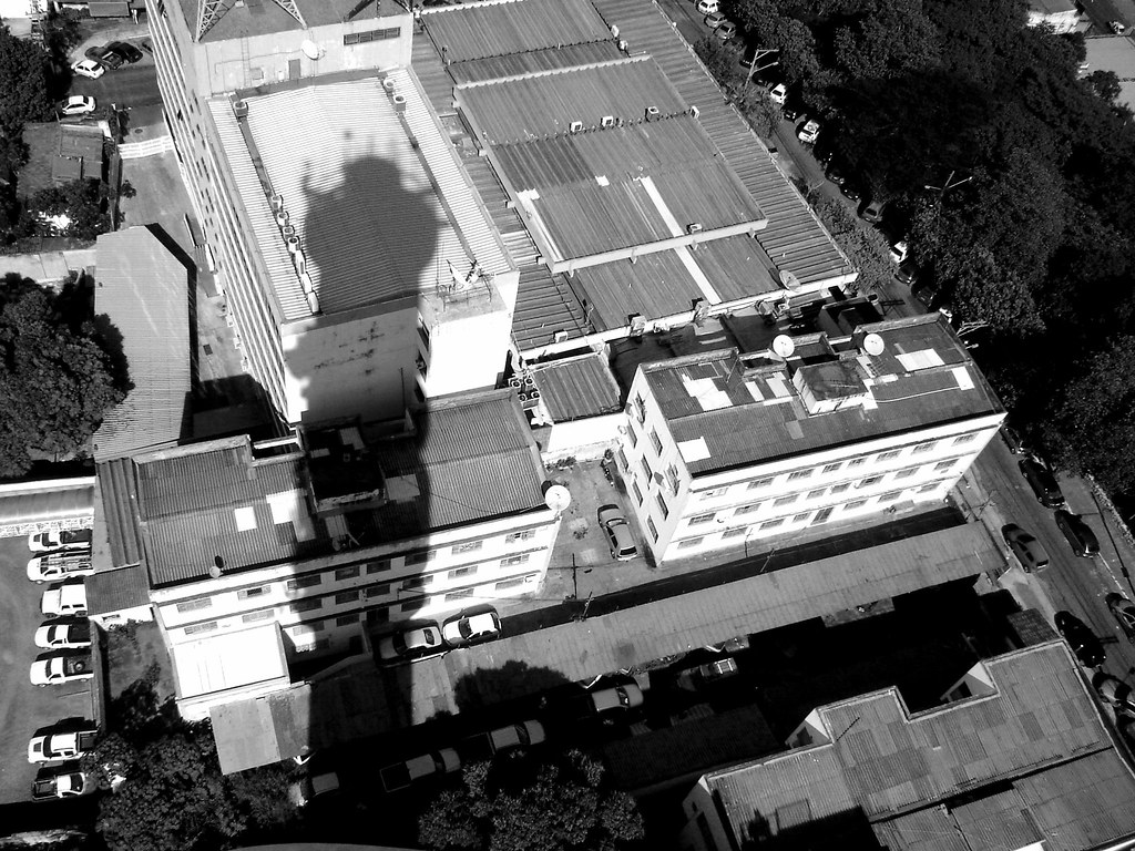 Torre em branco e preto (Cuiabá, MT)
