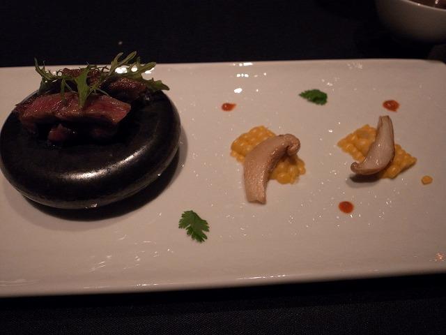 <p>l)黒毛和牛ロース肉のカットステーキ<br /> 柔らかで、おいしい。</p>