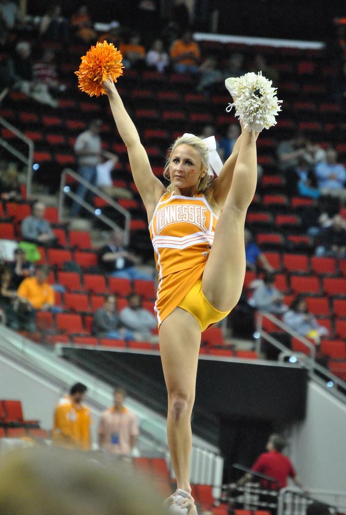 Cheerleader kick shows no panties
