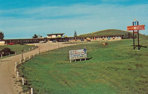 minot northdakota hohum motel postcard vintage signswithpeople colorfuldoors dirtparkinglot