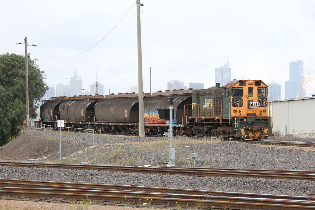 Y152 powers up as it shunts the sugar wagons to North Dynon by bukk05