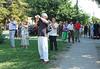 Die Kirchweih kommt! Gäste haben sich mit Kameras vor der Kirche in Stellung gebracht.