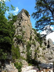 L'éperon rocheux en RD marquant la fin du contournement en RG du ressaut de la cascade de  Frassiccia