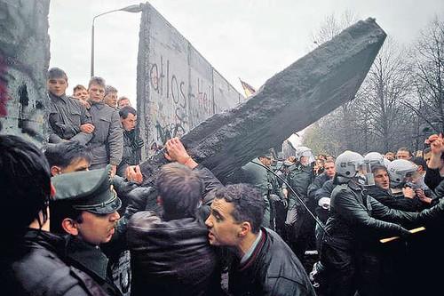 圖03柏林圍牆倒下東西德統一,面對的是未來更多的經濟議題