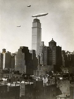 Zeppelin bij Empire State Building in aanbouw / Zeppelin near the Empire State Building under construction | by Nationaal Archief