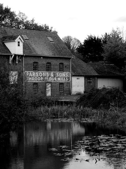 Derelict Throop mill BW