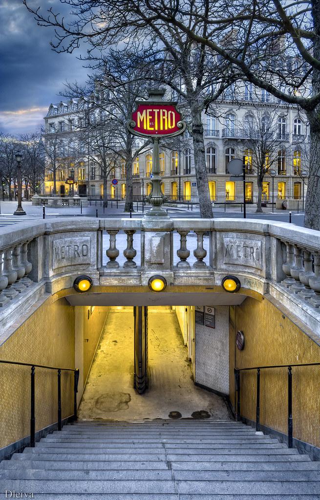 Metro de Les Champs Elysees (Paris)