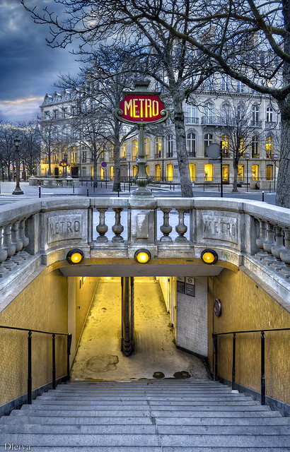 Metro de Les Champs Elysees (Paris)