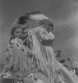 Calgary Stampede, Alberta. Man and girl on horseback, wearing traditional dress / Stampede de Calgary, Alberta. Homme et fille à cheval, vêtus de costumes traditionnels