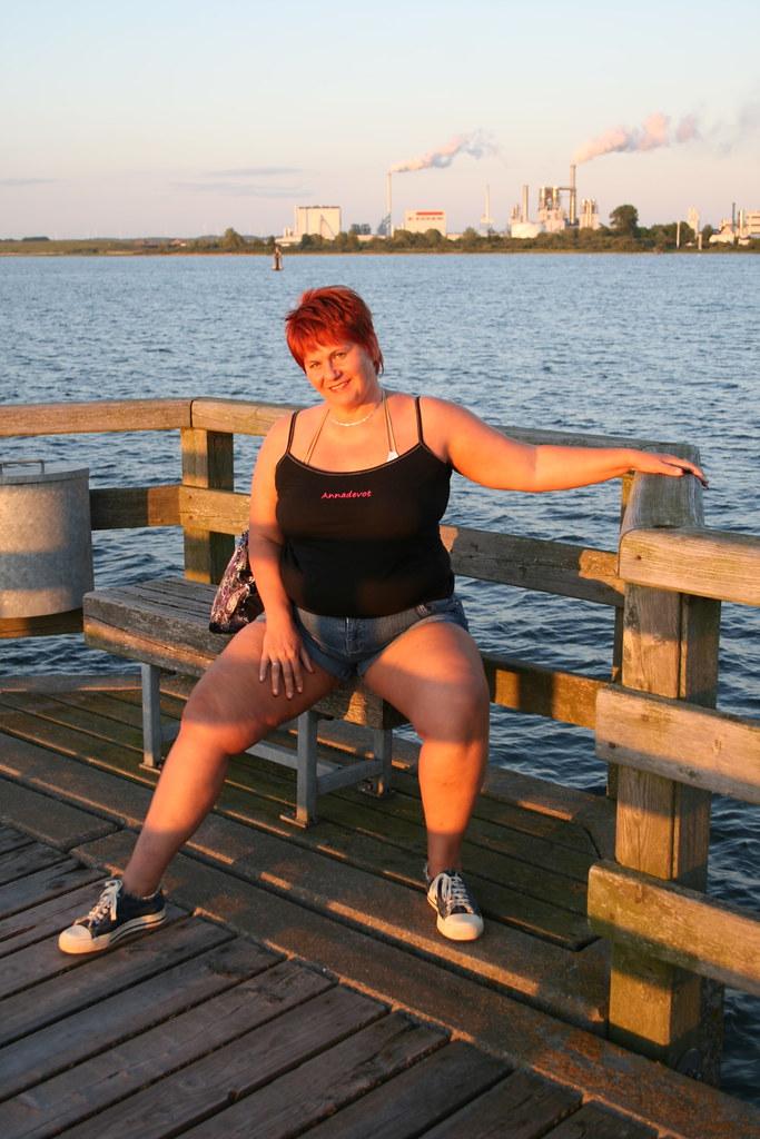 Annadevot auf Seebrücke im Sonnenuntergang | Annadevot auf