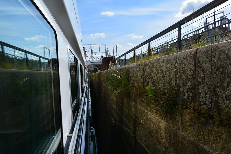 Une vaste fenêtre offre une vue imprenable ... sur les dessous des quais de Bordeaux à marée basse !! ^^ - A bord du MS CYRANO DE BERGERAC - Croisieurope - Bordeaux - 16 mai 2013