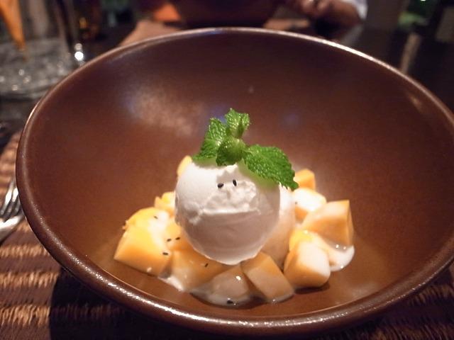 <p>m)Khao Neow Ma-muang<br /> スティッキーライスとマンゴーココナッツアイスクリームのデザート</p>