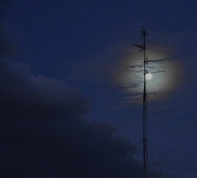 Y esa luna enamorada de una antena.....