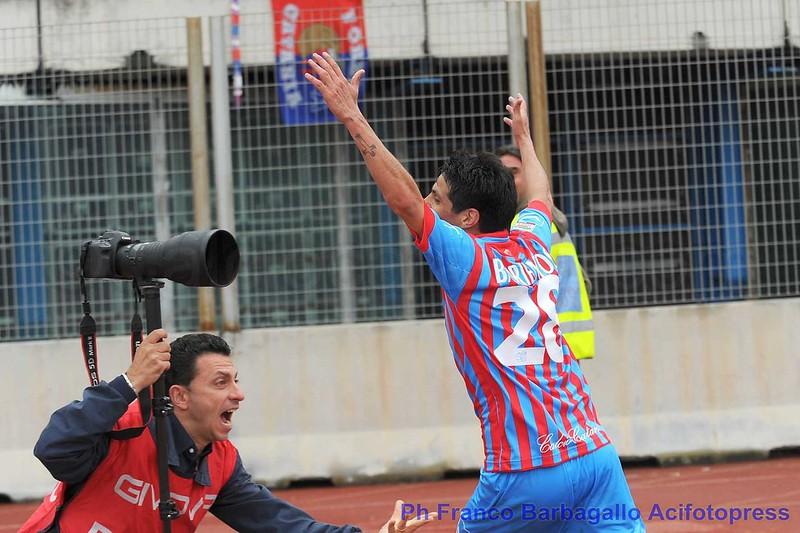 L'esultanza di Barrientos e del fotografo Edoardo Puglisi dopo il gol del momentaneo 1-0 rossazzurro