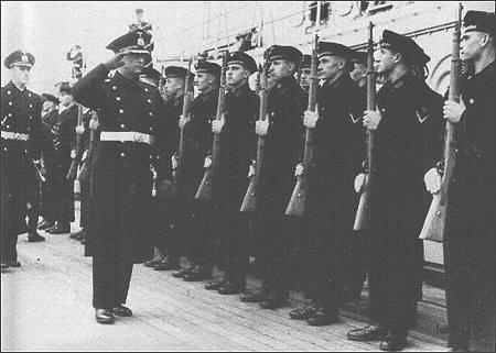 El capitan Lindemann pasando revista a sus hombres