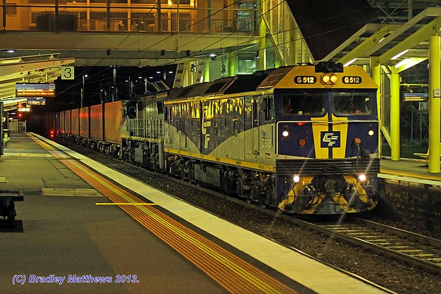 G515-VL362 with QUBE #9472 up Maryvale paper train at Dandenong (9/12/2013).