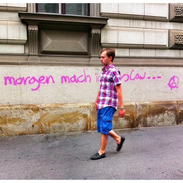 Morgen mach ich blau oder rosa oder.... when street meets streetart  #graffiti #streetart #wall #spray #paint #igersvienna #igersaustria #iphoneartists #iphoneonly #famiglia_vienna #famigliavienna #vienna #instagramersvienna #latergram #street #streetphot