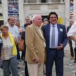 Beim Stadtrundgang in Temeswar ergreift Jakob Müller spontan die Möglichkeit, mit dem Oberbürgermeister von Temeswar, Nicolae Robu, der hier anlässlich der Komunalwahlen einen Termin wahrnimmt, zu posieren.