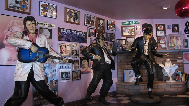 IMG_1728 Peggy Sues diner barstow elvis blues brothers statues