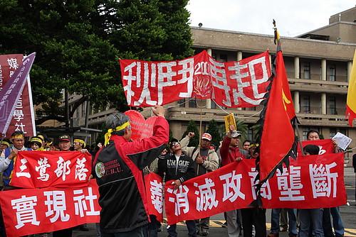 圖03  1988年11月12日全台灣各地的自主工會和工運團體走上街頭,抗議國民黨威權體制以經濟發展為名,犧牲勞工權益,。