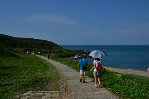 圖6.通往燈塔的海濱步道設施完善,平坦好走,適合全家大小一起來健行。