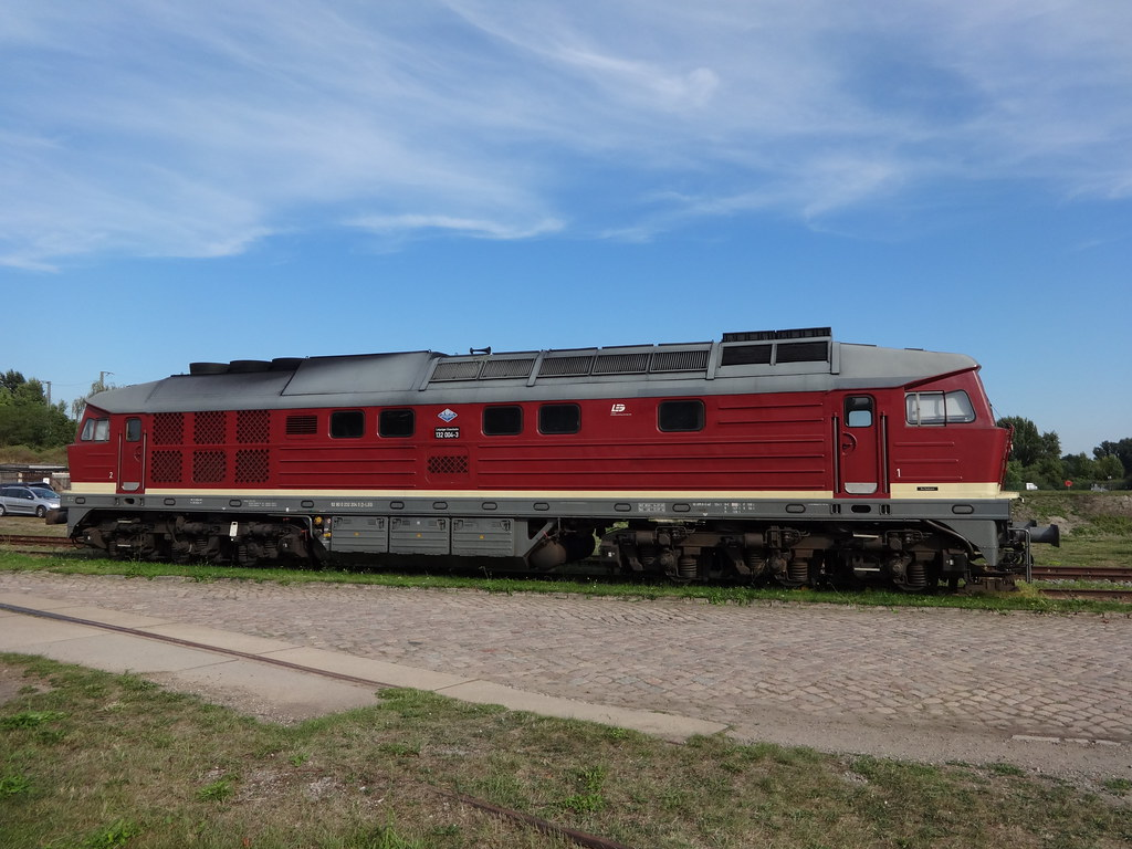 1973 dieselelektrische Lokomotive 132 004-3 (ex 232 004-2) genannt Ludmilla von Lokomotivfabrik Oktoberrevolution in Woroschilowgrad (Lugansk) für Deutsche Reichsbahn Niels-Bohr-Straße in 39106 Magdeburg-Alte Neustadt