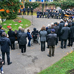 Die Gedenkveranstalung hatte um 14 Uhr mit Geläut der Billeder Kirchenglocken begonnen, links im Hintergrund der Technikwagen mit Verstärkeranlage, zur Verfügung gestellt von der Friedhofsverwaltung.