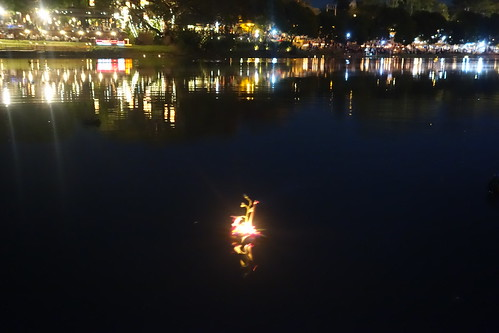 Unser Krathong schwimmt in die Nacht hinein
