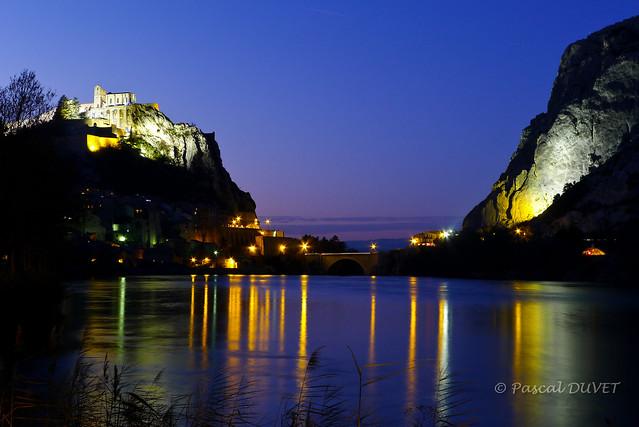 La Porte de la Provence la nuit - Sisteron ...