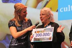 Jeugdcultuurfonds is nieuwe vaste partner van de BGL. Trotse directeur Bertien Minco ontving de cheque uit handen van Alexander Pechtold en BankGiro Loterij-bestuursvoorzitter Boudewijn Poelmann - Goed Geld Gala 2015