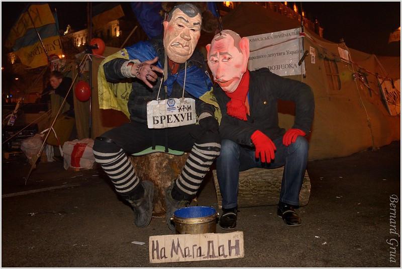 """""""A Magadan"""", lieu du Goulag Sibérien sur la mer d'Azov (Pacifique). Masque du président ukrainien Viktor Ianukovitch et de Vladimir Putin son mentor.  Place de l'indépendance (Maidan Nezalezhnosti ) Kiev, Ukraine - 22/12/2013 , photo Bernard Grua DR"""