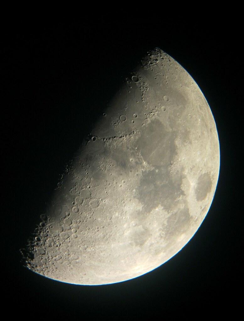 La luna en cuarto creciente | Las fases lunares se producen … | Flickr