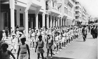 Maroc, Casablanca, 1939, défilé de gymnastique dans la rue