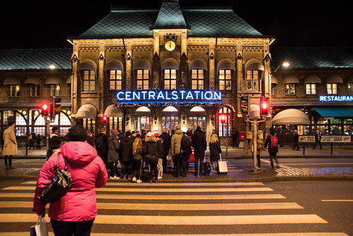 night centralstation people sweden outdoor christmas streetsofgothenburg väntan streetview cenralstation waiting gothenburg göteborg cityview skymmning december train evening västragötalandslän sverige se