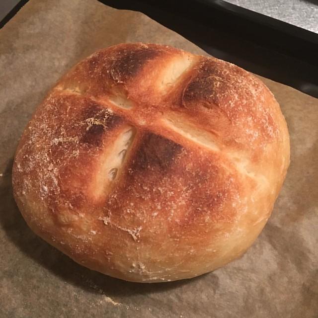 パン完成。 低温でゆっくり焼いたけど、クープ割れる前に焦げた。 210℃までしか出ないオーブンだけど、上下両方からの熱源だから思ってたより高温になっちゃうのかも。 しばらく研究しなければ。 #パン作り #こねないパン #手作りパン