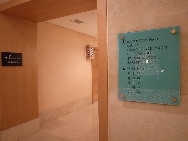<p>a)地下2階にgym&amp;pool、お風呂、サウナがあります。</p>